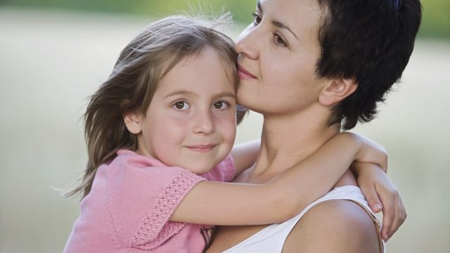 「ママ」や「母」は英語で「mum」それとも「mom」?