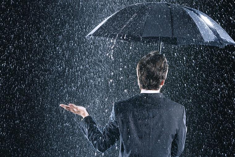 イギリス英語のスラング(句動詞)で「雨が激しく降っている」という意味の「piss down」