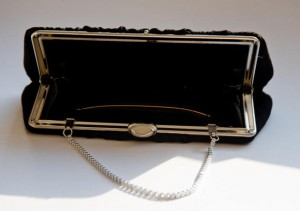 イギリス英語の「handbag」の意味とアメリカ英語のとの違い