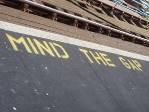 「Mind the gap」の意味と「Mind」の様々な意味と使い方