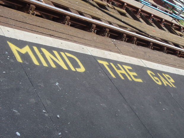 「Mind the gap」の意味と「Mind」の様々な意味と使い方・例文の紹介