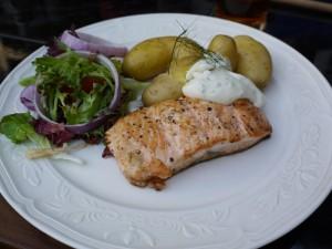 先日行ったイギリスの田舎のグルメパブの写真:salmon steak