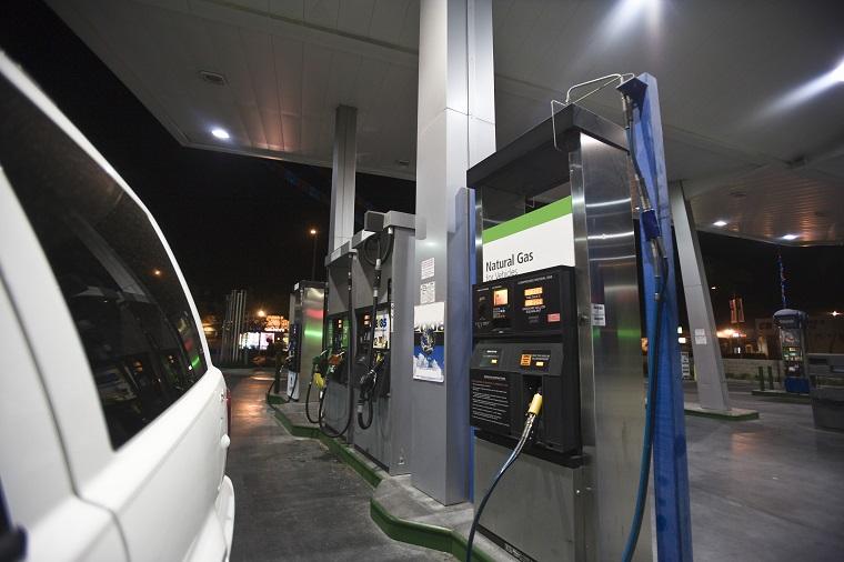 ガソリン、ガソリンスタンドはイギリス英語で何と言うでしょうか?