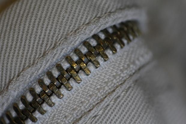 イギリス英語とアメリカ英語で違う表現:「ズボンの前チャックが空いているよ」は英語で何というのか?(笑)