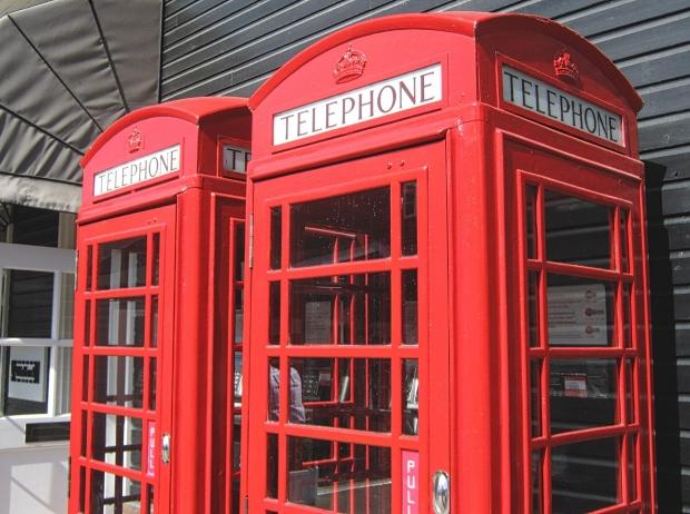 「電話する」、「電話」はイギリス英語で何と言うのでしょうか?