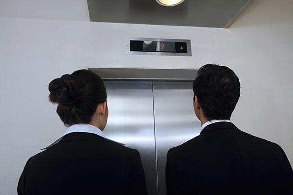 エレベーターに乗る時に使う英語やエレベーター内で使える便利英語表現を紹介します!