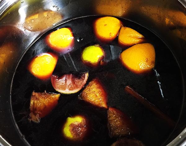 材料を入れてゆっくりと弱火で煮ます