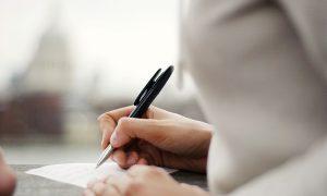 好きな俳優に英語でファンレターを書く際に使える英語表現と英文を紹介