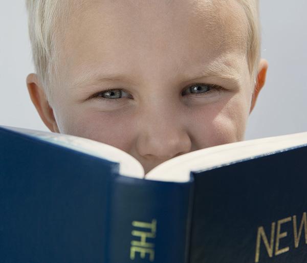 英語ネイティブの子供はどうやって語彙と単語のスペルを覚えるのでしょうか?