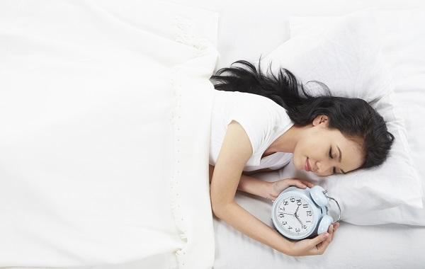 「寝坊する」や「寝坊してしまった」は英語で何と言うのでしょうか?