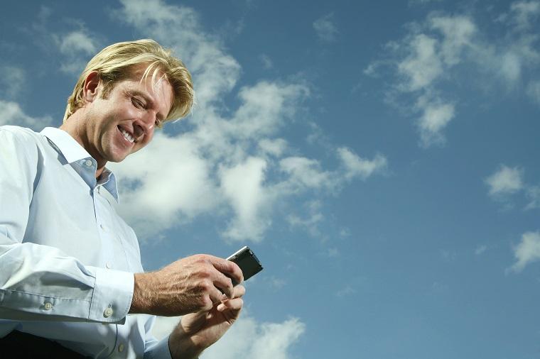 「携帯電話」や「スマホ」はイギリス英語で何と言う? アメリカ英語との違いは?